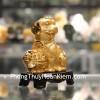Chó vàng ôm đỉnh vàng đế gỗ C030A