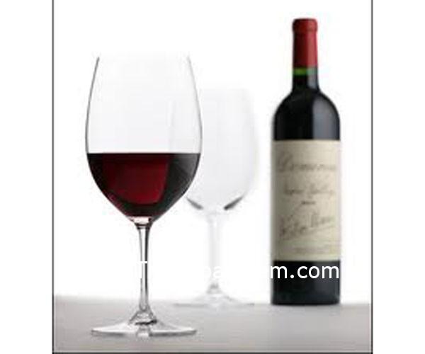 ly ruou Tranh bình rượu và ly rượu