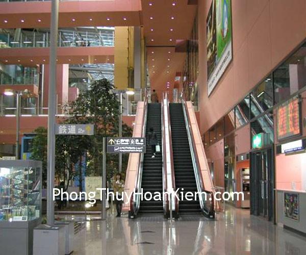 cau thang Cầu thang máy đối diện cửa chính cửa hàng có ảnh hưởng gì không?