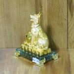 c034a cho san vang 2 150x150 Chó vàng nhỏ trên bao tải tiền C033A