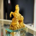 ln133 vua ngua kim sa 2 150x150 Vua ngựa kim sa vàng đế thủy tinh LN133